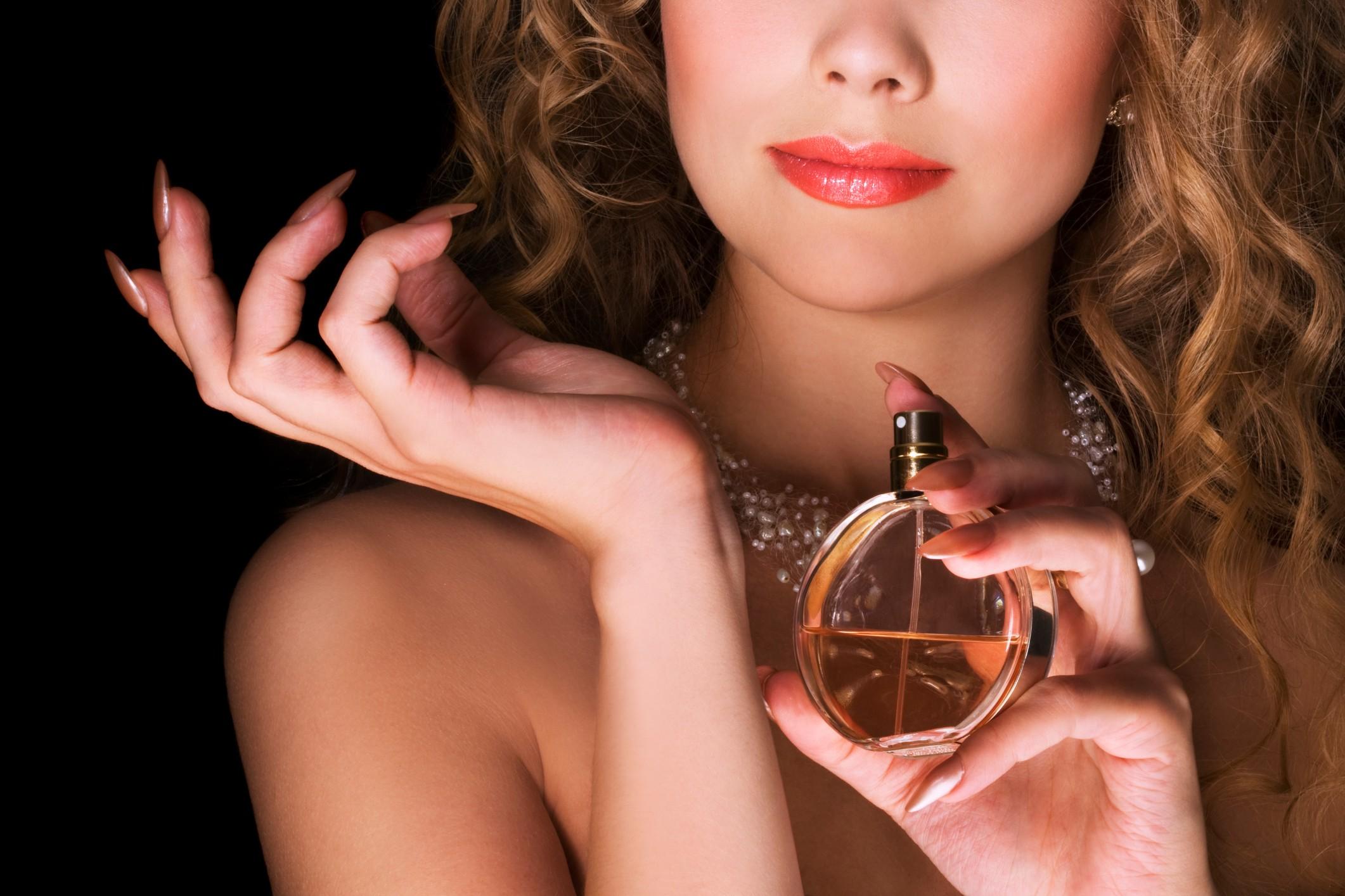Красивые девушки с парфюмом фото