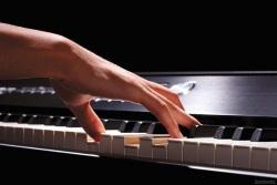 играть на музыкальном инструменте