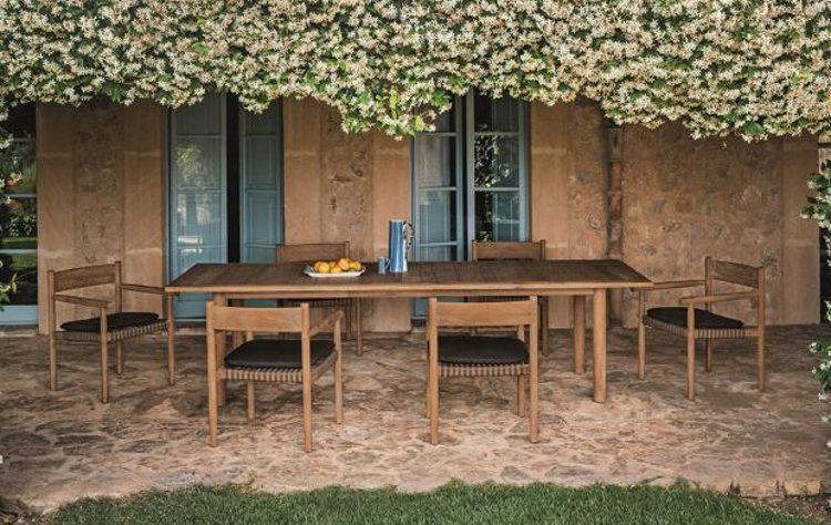 уютный садовый столик