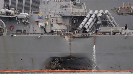 Эсминец «Джон Маккейн» столкнулся с торговым судном
