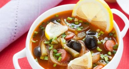 Солянка: суп на основе мясного или грибного бульона
