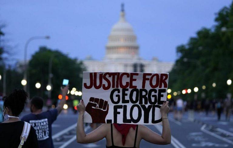 В США массовые протесты и беспорядки: полицейские убили афроамериканца