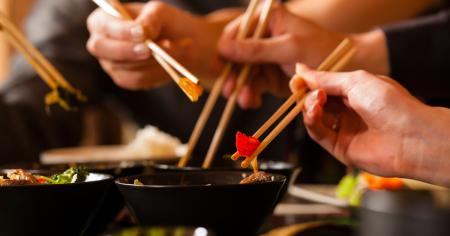 Японский этикет еды палочками за столом